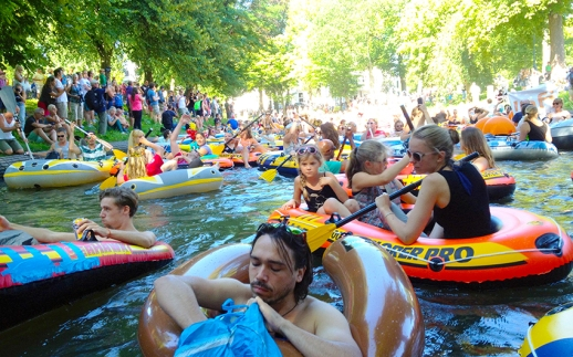 A few weeks before leaving we had to do something fun and memorable in the Netherlands. And so we attended the Rubber Boot Missie 2015 in Utrecht. The idea is pretty simple; reclaiming the medieval canals of Utrecht by drifting through it with hundreds of rubber boats. Grabbing everything that could floated we made our way (using two tennisrackets as oars) to the startingpoint. On our way we even picked up a Ukrainian girl which was experiencing her first day in the Netherlands. And an experience she got! Arriving at the startingpoint, the water was filled with rubber boats of all shapes and sizes with a uplifting atmosphere surrounding the whole group. As we made our way through the canals, drinks food were shared, oncoming canal-touringboats were being raided and onlookers (plus our Ukrainian guest) were being baffled by all the crazy Dutchness.