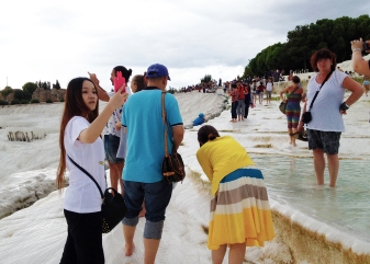 The subject turned from Pamukkale, to tourists at Pamukkale