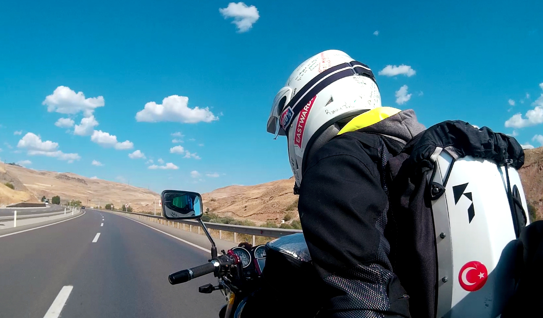 Riding on a nice piece of tarmac towards the border of Iran.